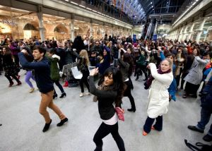 Flamenco Festival Flash Mob St Pancras feb 2013 fotografía de David Parry Press Association