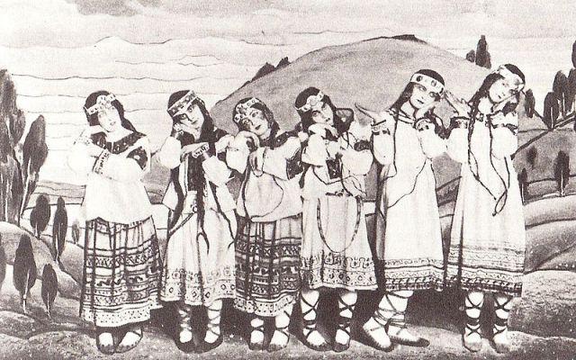 Bailarinas con el vestuario original diseñado en 1913 por Nicholas Roerich. De izquierda a derecha:  Julitska, Marie Rambert, Jejerska, Boni, Boniecka y Faithful.