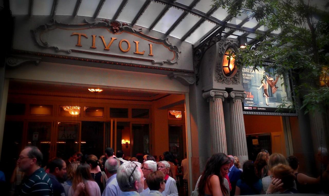 Cartel de BOURBON STREET en la entrada al Teatre TIVOLI