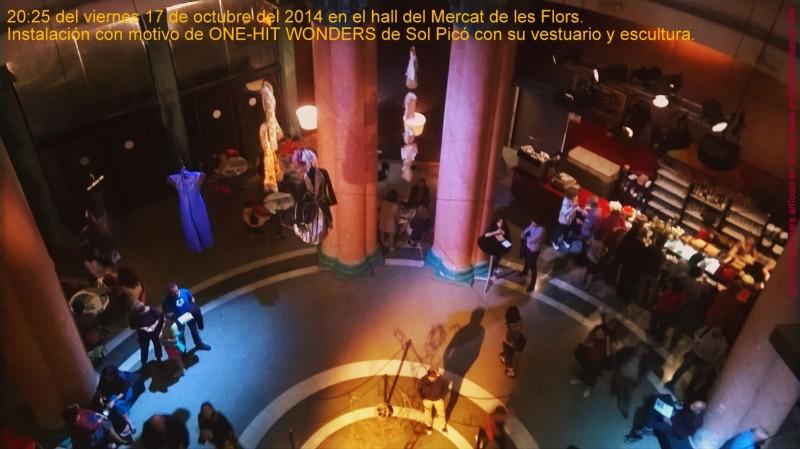 Al fondo la cafetería en el Hall del Mercat de les Flors.