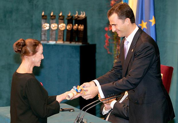 Fotografía de la entrega del Premio Príncipe de Asturias en 2005 a Maya Plietskaya. Fotografía © GTRESONLINE , publicada en artículo de VOGUE http://www.vogue.es/moda/news/articulos/muere-maya-plisetskaya-bailarina-ballet-clasico-premio-principe-de-asturias/22427