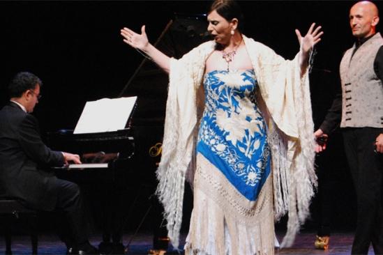 En un cuartito los cuatro_CARLOS MURIAS_soprano piano castañuelas baile