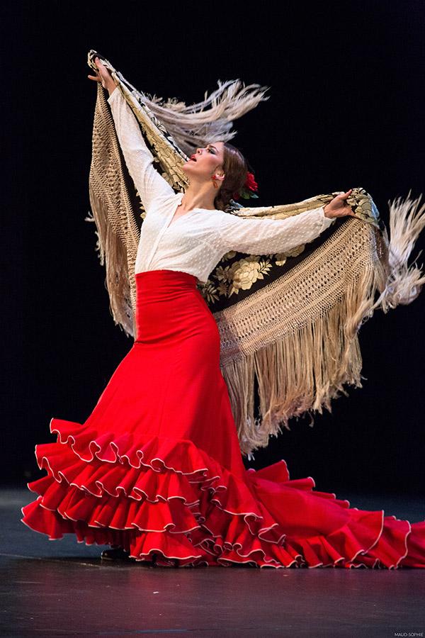 Patricia Guerrero bailando con el mantón en LOS INVITADOS de Belén Maya, que vimos en el CIUTAT FLAMENCO 2015, Mercat de les Flors, Barcelona. Imagen publicada por www.deflamenco.com
