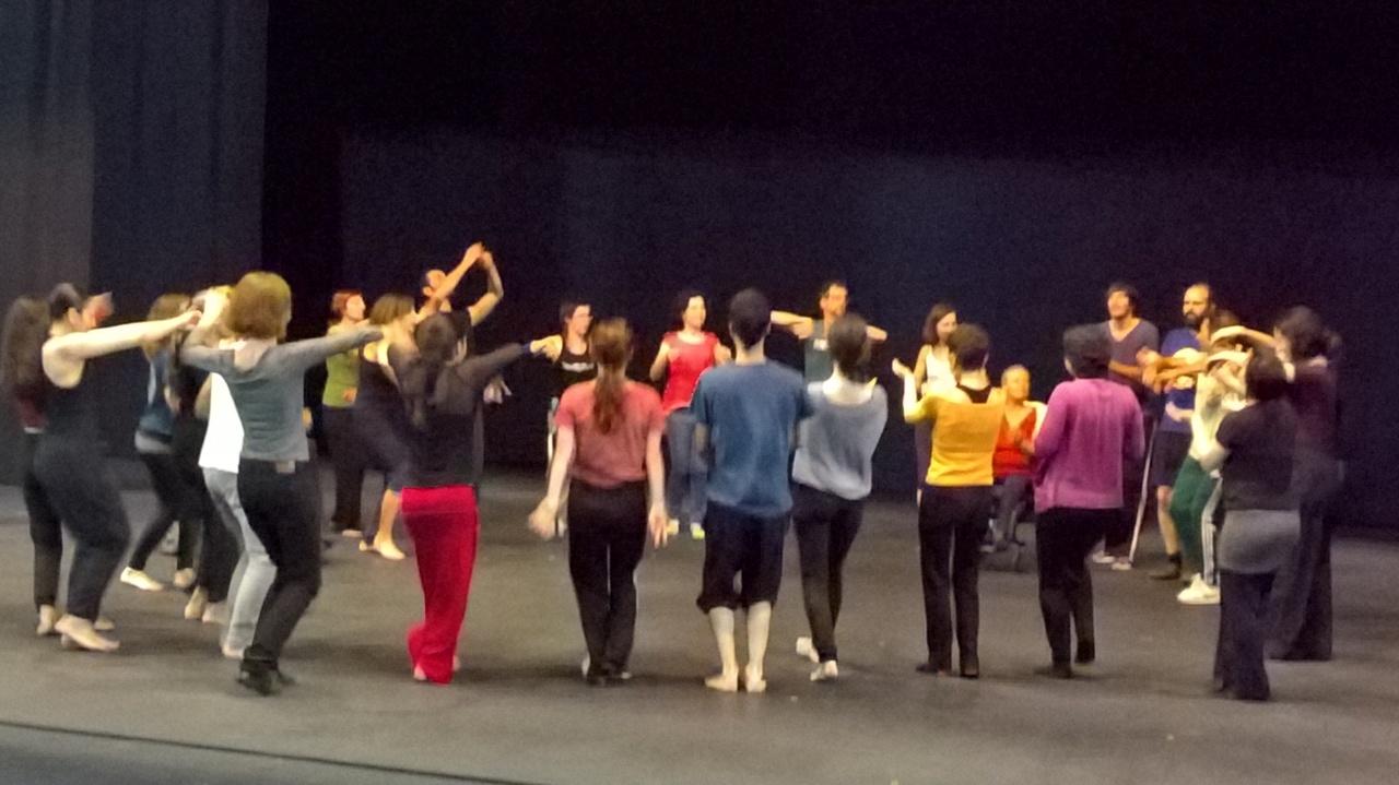Fin de semana dedicado a Israel Galván, el bailaor-percusión: un grupo de 18 vimos FLACOMEN y hoy taller con 30 barceloneses de a pie en el Mercat de les Flors CIUTATFLAMENCO
